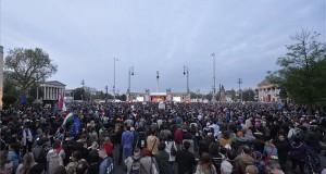Résztvevők a Momentum Mozgalom Európához tartozunk! jelmondattal meghirdetett demonstrációján a fővárosi Hősök terén 2017. május 1-jén, Magyarország uniós csatlakozásának tizenharmadik évfordulóján. MTI Fotó: Balogh Zoltán