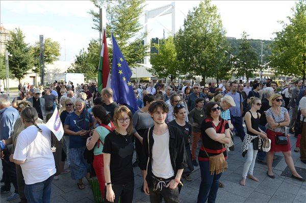 A Tettek ideje elnevezésű csoport a hatalom elleni civil összefogás megteremtése jegyében rendezett demonstrációja a Március 15. téren 2017. június 18-án. MTI Fotó: Soós Lajos