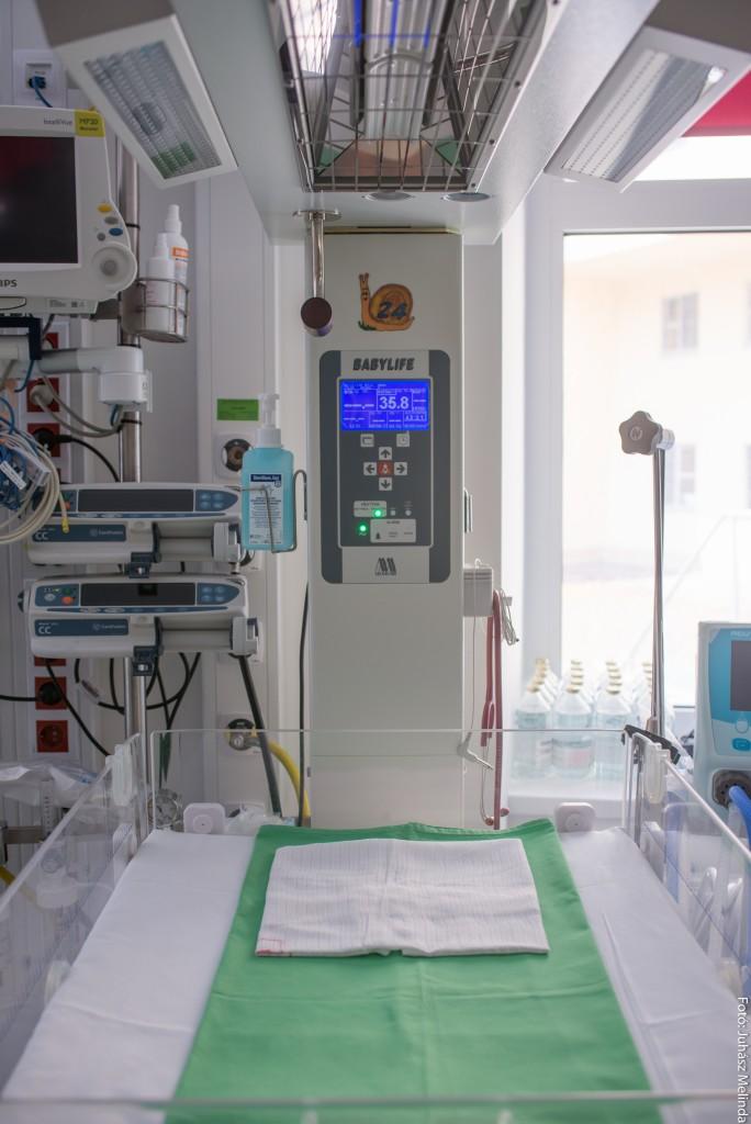 Ezzel az újszülött melegítő- és újraélesztő asztallal, azaz nyitott inkubátorral gazdagodott a II. Sz. Szülészeti és Nőgyógyászati Klinika Perinatológiai és Intenzív Centruma (PIC). Fotó: Juhász Melinda