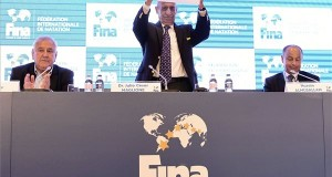 Julio C. Maglione, a Nemzetközi Úszó Szövetség (FINA) elnöke (k), Cornel Marculescu, FINA ügyvezető igazgatója( b) és Huszain al-Muszallam a FINA kuvaiti alelnöke (j) a szövetség budapesti sajtótájékoztatóján 2017. július 17-én. A FINA döntése értelmében a 25 méteres medencés vb-nek 2022-ben az oroszországi Kazany, két évvel később pedig a magyar főváros lesz a házigazdája. MTI Fotó: Szigetváry Zsolt