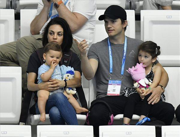 Mila Kunis és Ashton Kutcher amerikai színészházaspár a 3 méteres női szinkronugrás döntőjét nézik gyerekeikkel a 17. vizes világbajnokságon a fővárosi Duna Arénában 2017. július 17-én. MTI Fotó: Illyés Tibor