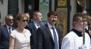 Áder János köztársasági elnök (b4) és felesége, Herczegh Anita, valamint Borkai Zsolt polgármester (b) a Szent László-napok alkalmából tartott szabadtéri szentmise utáni körmeneten Győrben 2017. június 27-én. MTI Fotó: Bodnár Boglárka