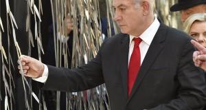 Benjámin Netanjahu izraeli miniszterelnök (k) Orbán Viktor kormányfő (j, takarásban) társaságában az Emanuel Emlékfánál, a Dohány utcai zsinagóga udvarán 2017. július 19-én. A magyar miniszterelnök és izraeli vendége a látogatással a Mazsihisz meghívásának tesz eleget. MTI Fotó: Máthé Zoltán