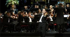 Mága Zoltán hegedűművész játszik a Hegedűvel a világ körül című turnéja 50. jubileumi állomásán, kísér a Budapesti Primarius Szimfonikus Zenekar a Magyar Állami Operaházban 2017. július 15-én. Mága Zoltán három évvel ezelőtt indította útjára száz állomásosra tervezett, Hegedűvel a világ körül elnevezésű hangversenysorozatát, melynek során a magyar zenei kultúrát népszerűsítette, eddig Erdélyen át Koreán és Kínán keresztül Amerikáig. MTI Fotó: Bruzák Noémi