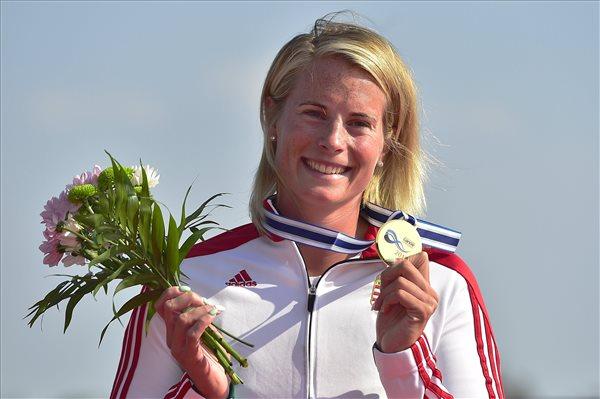 A győztes Bodonyi Dóra a női kajak egyesek 5000 méteres versenyének eredményhirdetésén a racicei kajak-kenu világbajnokságon, Csehországban 2017. augusztus 27-én. MTI Fotó: Kovács Tamás