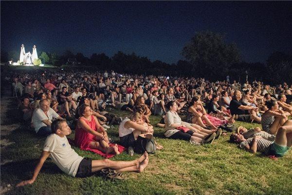 A közönség a Nemzeti Filharmonikusok koncertjén a 10. Ördögkatlan fesztiválon Beremenden, a Megbékélés kápolnánál 2017. augusztus 4-én. MTI Fotó: Sóki Tamás