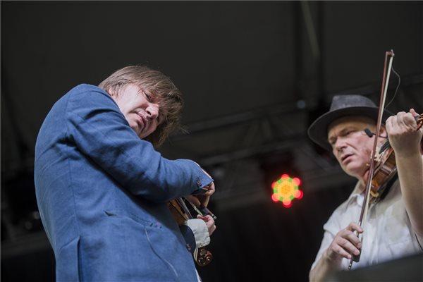 Lajkó Félix (b) és Alexander Balanescu koncertje a 10. Ördögkatlan fesztiválon a Nagyharsányi szoborparkban 2017. augusztus 4-én. MTI Fotó: Sóki Tamás