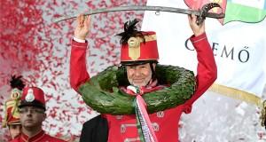 A győztes Petrik Tamás, Csemő lovasa a dobogón a 10. Nemzeti Vágta döntője után a budapesti Hősök terén 2017. szeptember 17-én. MTI Fotó: Szigetváry Zsolt