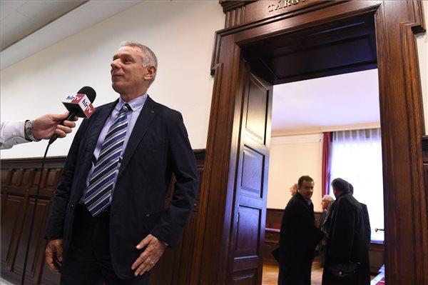Szilvásy György, a Gyurcsány-kormány titokminisztere újságíróknak nyilatkozik az úgynevezett kémügy másodfokú ítélethirdetése után a Fővárosi Ítélőtábla épületének folyosóján 2017. szeptember 25-én. Jogerősen felmentette a kémkedés, illetve bűnpártolás vádja alól a Fővárosi Ítélőtábla másodfokú döntésében Szilvásy Györgyöt, Galambos Lajost, Laborcz Sándort és egy civilt. MTI Fotó: Kovács Tamás