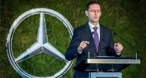 Varga Mihály nemzetgazdasági miniszter beszédet mond a Mercedes-Benz gyár új képzési központja alapkőletételi ünnepségén Kecskeméten 2017. szeptember 21-én.  Az autógyár közvetlen szomszédságában felépülő intézmény elsősorban a duális képzésben részt vevő középiskolások és felsőoktatási hallgatók gyakorlatának helyszíne lesz. A több mint 3 milliárd forint összegű beruházást a magyar állam 622 millió forinttal támogatja. MTI Fotó: Ujvári Sándor