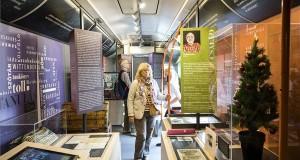 Érdeklődők a Reformáció Emlékbizottság Menő reformáció című vándorkiállításán a tárlatot szállító csuklós buszon a Múzeumkertben az indulás napján, 2017. október 24-én. MTI Fotó: Mohai Balázs