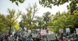 """A """"Megvédjük a Rómait!"""" címmel a tervezett árvízvédelmi fejlesztések ellen rendezett civil demonstráció résztvevői a fővárosi Római-parton 207. október 1-jén. MTI Fotó: Mohai Balázs"""