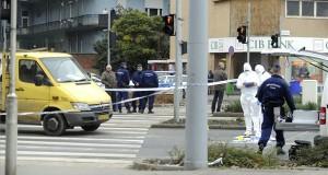 Bűnügyi technikusok helyszínelnek a 2017. november 23-án a X. kerületi Kőrösi Csoma Sándor úton, ahol kiraboltak egy bankot, a rendőrökre fegyvert fogó bankrablót pedig menekülés közben elütötte egy autó. A gyanúsítottat a mentők kórházba vitték, fegyveres rablás miatt büntetőeljárás indult ellene. MTI Fotó: Mihádák Zoltán