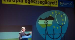 Gyurcsány Ferenc, a Demokratikus Koalíció (DK) elnöke, korábbi miniszterelnök beszédet mond a pártja országos választási programbemutató salgótarjáni rendezvényén 2017. november 18-án.