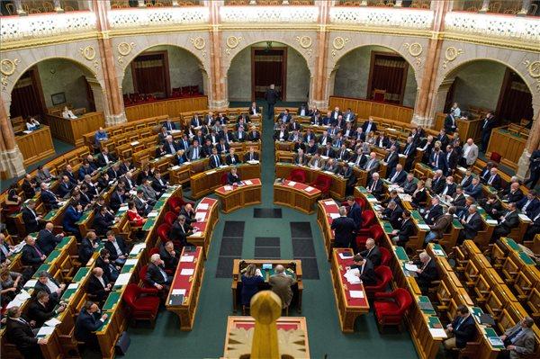 A képviselők az Országgyűlés október 17-i ülésnapján elfogadott, de a köztársasági elnök által megfontolásra visszaküldött, a kéményellenőrzés eltörléséről szóló törvénymódosítás szavazása előtt az Országgyűlés plenáris ülésén 2017. október 31-én. MTI Fotó: Balogh Zoltán