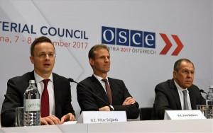 A Külgazdasági és Külügyminisztérium (KKM) által közreadott képen Szijjártó Péter külgazdasági és külügyminiszter (b) beszél, mellette Paul Bekkers, az EBESZ főtitkársága igazgatója (k) és Szergej Lavrov orosz külügyminiszter az Európai Biztonsági és Együttműködési Szervezet (EBESZ) miniszteri tanácsa ülése alkalmával az üldözött keresztények védelméről tartott tanácskozáson Bécsben 2017. december 7-én. MTI Fotó: KKM