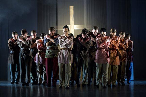 A Duna Művészegyüttes Solus Christus - Egyedül Krisztus című táncszínházi előadásának fotóspróbája a budapesti Várkert Bazárban 2017. december 6-án. A táncelőadást a reformáció 500. évfordulója tiszteletére, Juhász Zsolt rendezésében december 7-én mutatják be. MTI Fotó: Mohai Balázs