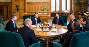 A Miniszterelnöki Sajtóiroda által közreadott képen Orbán Viktor miniszterelnök (j3), valamint Achim Heinfling, az Audi Hungaria Zrt. igazgatóságának elnöke (b), Peter Kössler, az Audi AG termelésért felelős igazgatótanácsi tagja (b2, háttal) és Borkai Zsolt, Győr polgármestere (j2, háttal) az Országházban folytatott találkozójukon 2018. január 15-án. Mellettük Lőre Péter, az Audi Hungaria kommunikációs és kormánykapcsolati igazgatója (b3) és Magyar Levente, a Külgazdasági és Külügyminisztérium parlamenti államtitkára (b4). MTI Fotó: Miniszterelnöki Sajtóiroda / Botár Gergely