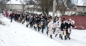 A Hargita megyei hagyományőrző csoportok közös farsangi ünnepségének résztvevői vonulnak az erdélyi Csíkszentsimonban 2018. február 10-én. MTI Fotó: Veres Nándor