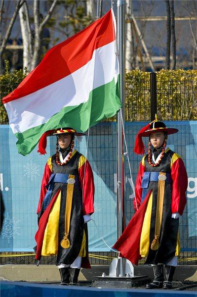 A magyar csapat zászlófelvonási ünnepsége a phjongcshangi téli olimpián a kangnungi olimpiai faluban 2018. február 8-án. MTI Fotó: Czeglédi Zsolt