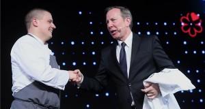 Mészáros Ádám, az Onyx étterem séfje átveszi az étteremnek ítélt két Michelin-csillagot Michael Ellistől, a Michelin Guides nemzetközi igazgatójától a Michelin-kalauz (Michelin Guide) budapesti díjátadó ünnepségén a Várkert Bazárban 2018. március 26-án. MTI Fotó: Kovács Tamás