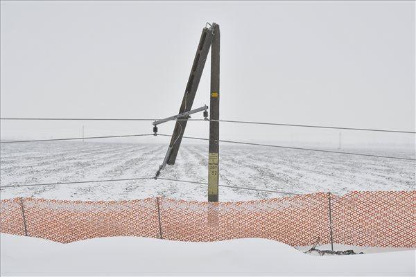 A hóviharral járó erős szél miatt kettétört villanypózna a 33-as főút mellett Debrecen határában 2018. március 18-án. MTI Fotó: Czeglédi Zsolt