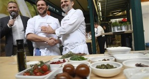 Nicola Portinari, egy 2 Michelin-csillagos étterem olasz séfje (j) és Széll Tamás séf, a 2016-os Bocuse d'Or európai versenyének győztese a Magyar Turisztikai Ügynökség által szervezett Michelin-csillagos mesterkurzuson a Hold utcai Vásárcsarnok és Belvárosi Piacon 2018. március 25-én. MTI Fotó: Kovács Tamás
