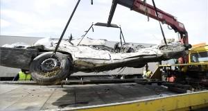 Összeroncsolódott személyautót emelnek trélerre az M0-ás autóúton, a Dunaharasztival szemközti oldalon 2018. április 3-án, miután a jármű összeütközött egy tehergépkocsival. A balesetben egy ember meghalt. MTI Fotó: Mihádák Zoltán