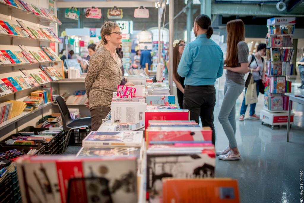Érdeklődők a Móra Könyvkiadó standján.  Fotó: Juhász Melinda