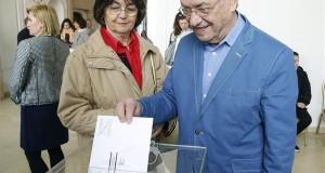 Radda István és felesége, Radda Marika leadja levélszavazatát az országgyűlési képviselő-választáson a bécsi magyar nagykövetségen 2018. április 8-án. A magyarországi lakcímmel nem rendelkező választópolgárok levélben adhatják le szavazataikat a külképviseleteken. MTI Fotó: Filep István