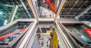 Érdeklődők a Velux standjánál a 37. Construma építőipari szakkiállításon a Hungexpo Budapesti Vásárközpontban 2018. április 11-én. Az ötnapos rendezvényen az építőipar mellett a lakberendezés és a design, valamint a kerttervezés és kertépítés témája is megjelenik, amelyen csaknem 600 kiállító, 44 ezer négyzetméteren, 5 pavilonban várja az érdeklődőket. MTI Fotó: Balogh Zoltán