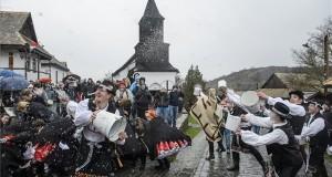 Locsolkodás Hollókőn palóc népviseletben 2018. április 1-jén. MTI Fotó: Komka Péter