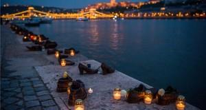 Mécsesek égnek a fővárosi Cipők a Duna-parton emlékműnél a holokauszt magyarországi áldozatainak emléknapja alkalmából tartott megemlékezésen 2018. április 16-án. MTI Fotó: Balogh Zoltán