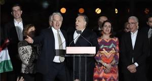 Orbán Viktor miniszterelnök, a Fidesz elnöke (b4) és Semjén Zsolt nemzetpolitikáért felelős miniszterelnök-helyettes, a Kereszténydemokrata Néppárt (KDNP) elnöke (b3) a Kossuth-nótát énekli a párt választási eredményváró rendezvényén a Bálna Budapest rendezvényközpontban az országgyűlési képviselő-választás napján, 2018. április 8-án. Mellettük Gyürk András, a Fidesz európai parlamenti képviselője (b) Semjénné Menus Gabriella, Semjén Zsolt felesége (b2), Novák Katalin, a Fidesz alelnöke (j2) és Balog Zoltán, az emberi erőforrások minisztere (j). MTI Fotó: Koszticsák Szilárd