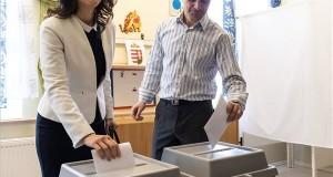 Szél Bernadett, a Lehet Más a Politika (LMP) miniszterelnök-jelöltje férje, Szél Bálint társaságában szavaz Budakeszin, a Fő utcai bölcsődében az országgyűlési képviselő-választáson 2018. április 8-án. MTI Fotó: Szigetváry Zsolt