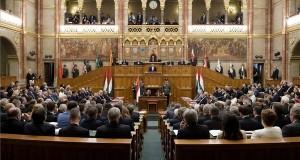 Áder János köztársasági elnök beszédet mond, miután a képviselők esküt tettek az Országgyűlés alakuló ülésén 2018. május 8-án. Mögötte Turi-Kovács Béla fideszes képviselő, korelnök. MTI Fotó: Koszticsák Szilárd