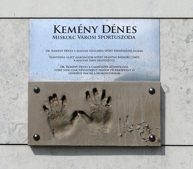 Kemény Dénes tenyérnyomata a róla elnevezett miskolci Kemény Dénes Városi Sportuszoda bejáratánál Forrás: wikipedia