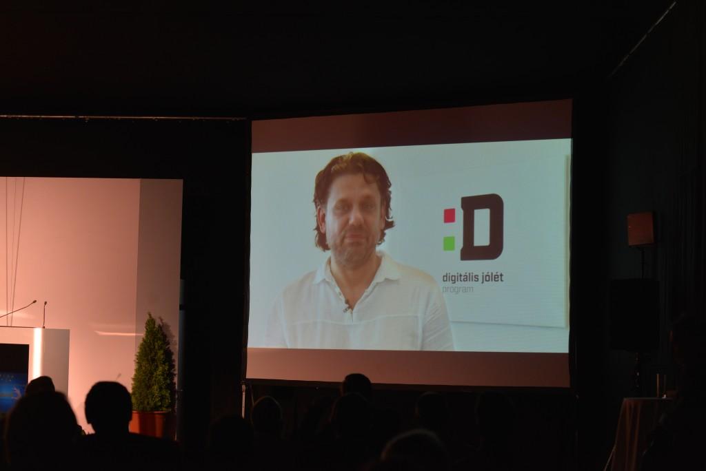 Deutsch Tamás a Digitális Jólét Programért felelős miniszteri biztos videóüzenetben köszöntötte az Ipar 4.0 konferencia résztvevőit. Fotó: Juhász Melinda