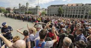 """A """"Nem akarjuk ezt a parlamentet és kormányt!"""" címmel, az Országgyűlés alakuló ülésének idejére szervezett tüntetés résztvevői az Országház előtti Kossuth Lajos téren 2018. május 8-án. MTI Fotó: Mohai Balázs"""