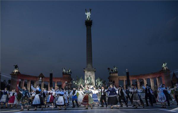 Jelenet a Trianon című rockopera próbáján a Hősök terén 2018. június 21-én. A darabot Koltay Gábor rendezésében június 22-én mutatják be. MTI Fotó: Szigetváry Zsolt