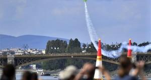 A francia Francois Le Vot repül Edge 540 V3 típusú repülőgépével a Duna felett a Red Bull Air Race Master Class kategóriájának időmérő edzésén Budapesten 2018. június 23-án. MTI Fotó: Máthé Zoltán