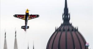 A cseh Martin Sonka repül Edge 540 V3 repülőgépével a Duna felett a Red Bull Air Race Master Class kategóriájának szabadedzésén Budapesten 2018. június 22-én. Június 23-án és 24-én rendezik a műrepülő világbajnoki sorozat budapesti viadalát, amely az idei vb negyedik állomása. MTI Fotó: Szigetváry Zsolt