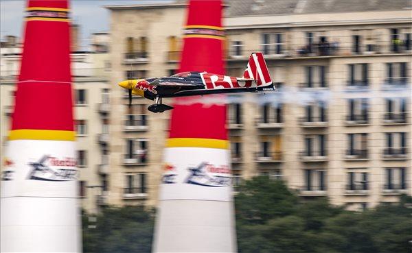 A későbbi győztes cseh Martin Sonka repül Edge 540 V3 típusú repülőgépével a Duna felett a Red Bull Air Race Master Class kategóriájának döntőjében Budapesten 2018. június 24-én. MTI Fotó: Szigetváry Zsolt