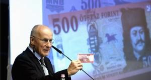 Gerhardt Ferenc, a Magyar Nemzeti Bank (MNB) alelnöke mutatja az új 500 forintos bankjegyet az MNB Teátrumában tartott sajtótájékoztatón 2018. július 3-án. Az MNB 2014-ben megkezdett bankjegycsereprogramja hamarosan lezárul, a sorozat utolsó elemeként megújult az 500 forintos is. A most használatos 500 forintos bankjegyekkel 2019. október 31-ig lehet fizetni. MTI Fotó: Bruzák Noémi