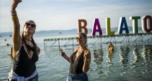 Háttérben a Balatonnal fényképezi magát két fiatal nő a Balaton Sound fesztiválon Zamárdiban 2018. július 5-én. MTI Fotó: Bodnár Boglárka