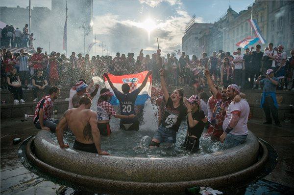 Szurkolók az oroszországi labdarúgó-világbajnokság Franciaország - Horvátország döntőjének közvetítése után Zágrábban, a Jelacic bán téren 2018. július 15-én. MTI Fotó: Balogh Zoltán
