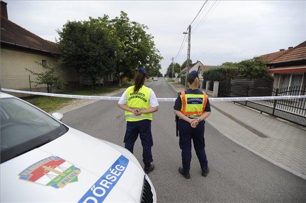 Rendőrök állnak lezárt utcánál Inárcson egy hivatalnál, ahol ügyintézés közben késsel halálosan megsebesített egy hivatali dolgozót egy férfi 2018. július 11-én reggel. A rendőrök elfogták a bűncselekmény elkövetésével gyanúsított 61 éves helyi lakost. MTI Fotó: Mihádák Zoltán