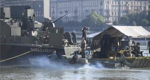 Tűzszerészek előkészítik az Erzsébet-hídnál talált világháborús robbanótest kiemelését egy honvédségi hajóról 2018. július 5-én. A bombáról korábban egy balesetnél segédkező civil búvárcsoport tagjai tettek bejelentést a rendőrségen. MTI Fotó: Kovács Tamás