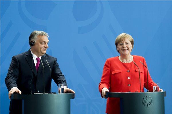 Orbán Viktor miniszterelnök és Angela Merkel német kancellár sajtótájékoztatót tart találkozójukat követően Berlinben 2018. július 5-én. MTI Fotó: Koszticsák Szilárd