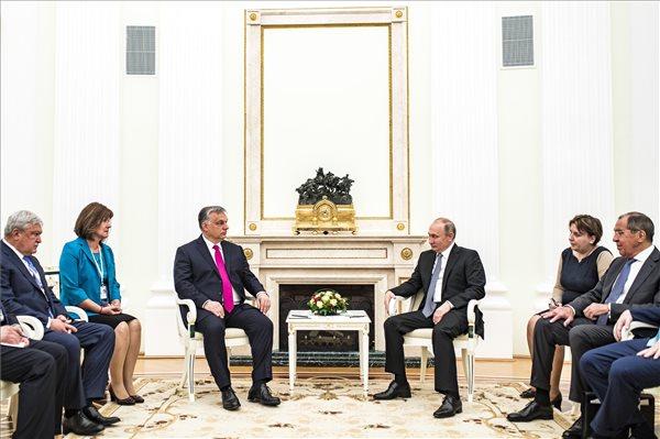 A Miniszterelnöki Sajtóiroda által közreadott képen Vlagyimir Putyin orosz elnök (j3) fogadja Orbán Viktor miniszterelnököt (b3) a moszkvai Kremlben 2018. július 15-én. Mellettük Szergej Lavrov orosz külügyminiszter (j) és Csányi Sándor, az OTP Bank elnök-vezérigazgatója (b). MTI Fotó: Miniszterelnöki Sajtóiroda / Szecsődi Balázs